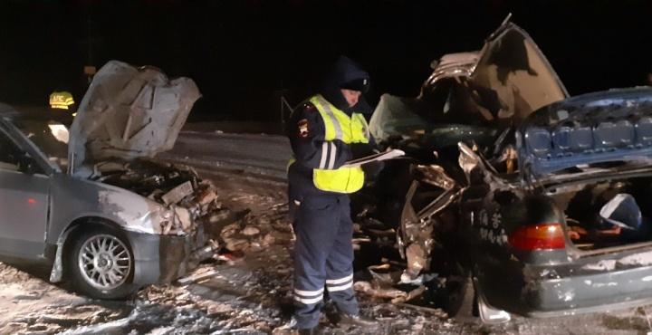 На трассе под Уяром столкнулись две полные пассажиров машины. В аварии погибли трое