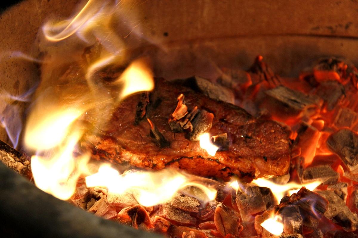 Такую технологию правильнее будет назвать приготовлением мяса в углях