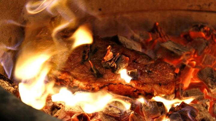 Видео: в новосибирском ресторане начали жарить мясо по «пещерной технологии»