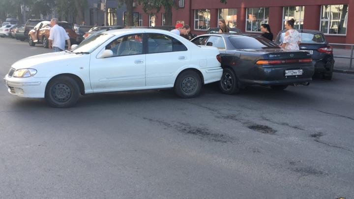 Не проедешь: ДТП с участием двух машин перекрыло движение в центре Новосибирска