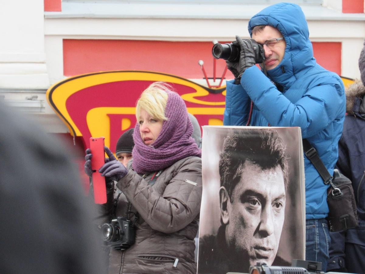 Ирина Славина (слева) на одной из акций памяти Бориса Немцова