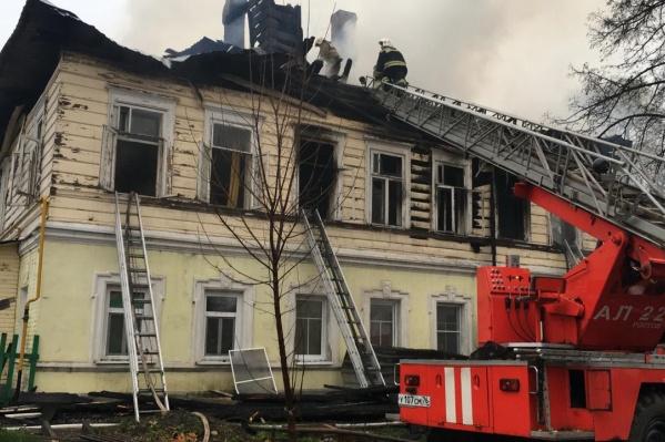 Дом загорелся около четырех утра