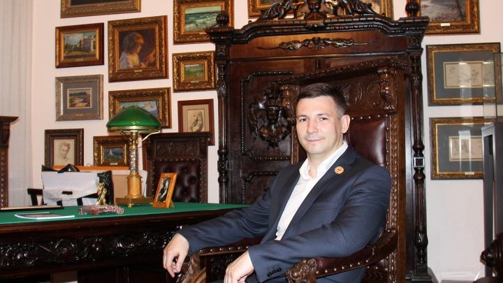 Известный коллекционер из Новосибирска выпустил мужские украшения с черепами за 150 тысяч
