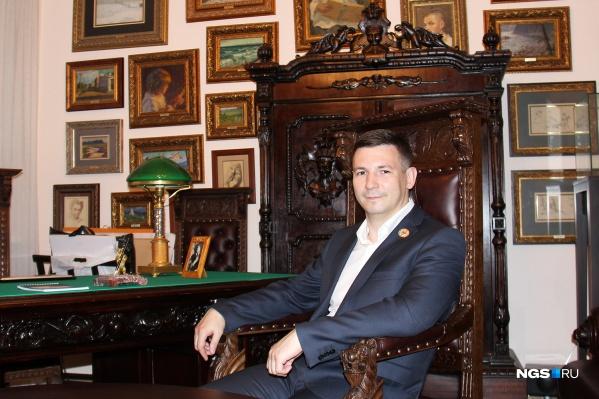 Коллекционер Григорий Гапонов разработал дизайн линейки мужских украшений с черепами —значок, медальон, запонки и перстень