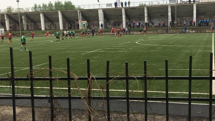 Школьник раскачался на футбольных воротах и получил серьезную травму головы