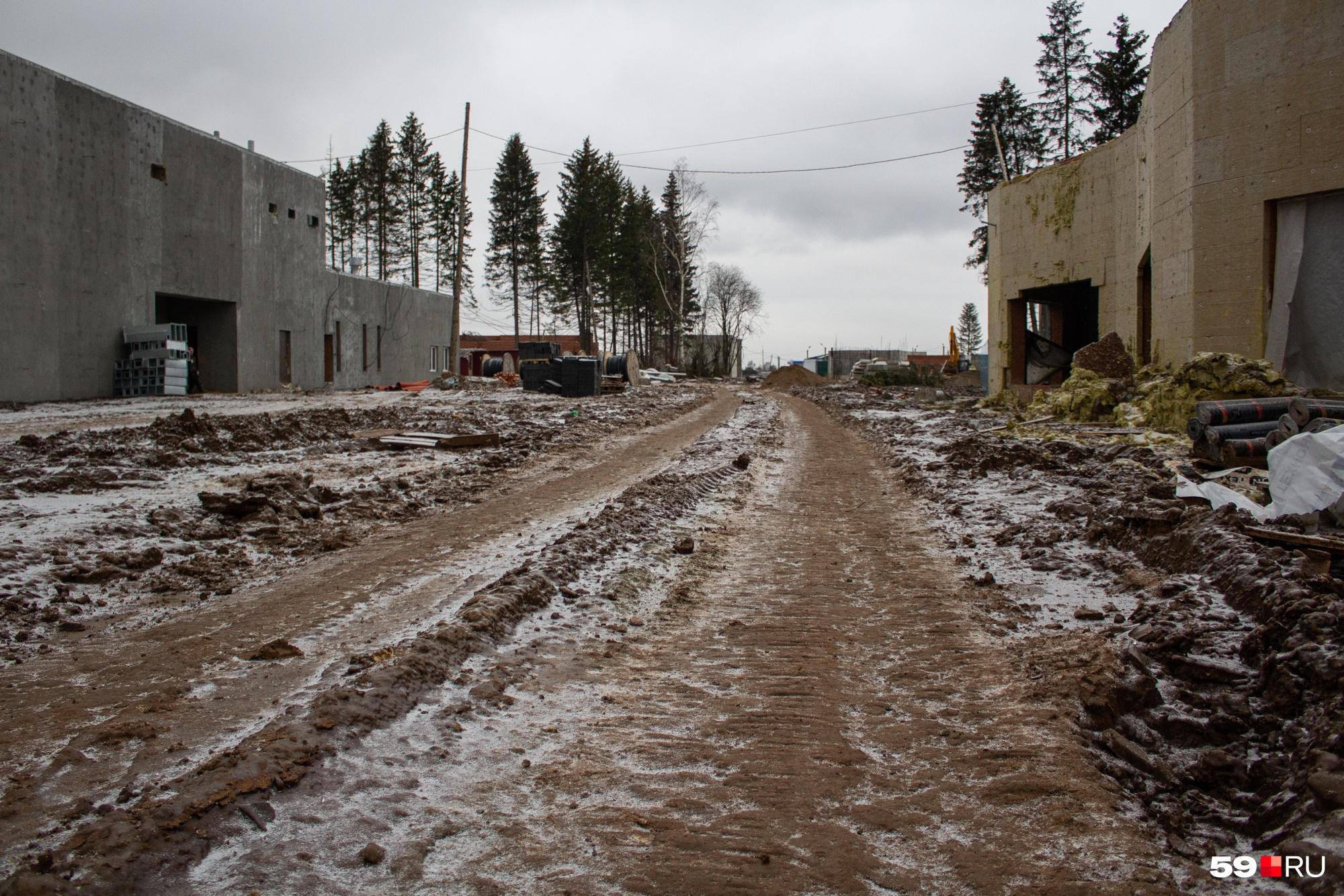 Здесь, поближе ко входу/выходу, и грязи меньше, и дороги получше, и стены внушительнее
