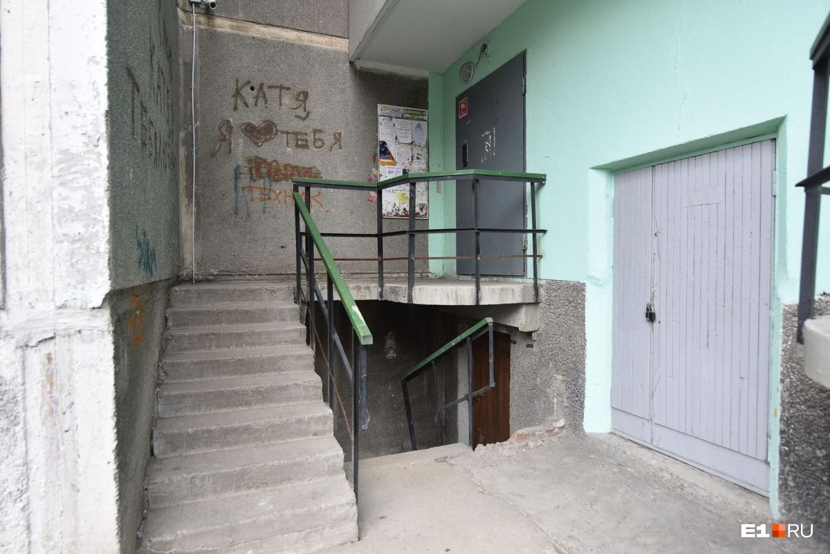 Преодолеть крутую лестницу, ведущую в подъезд, самостоятельно Юлия не может. Поэтому на улицу выходит только в сопровождении мамы