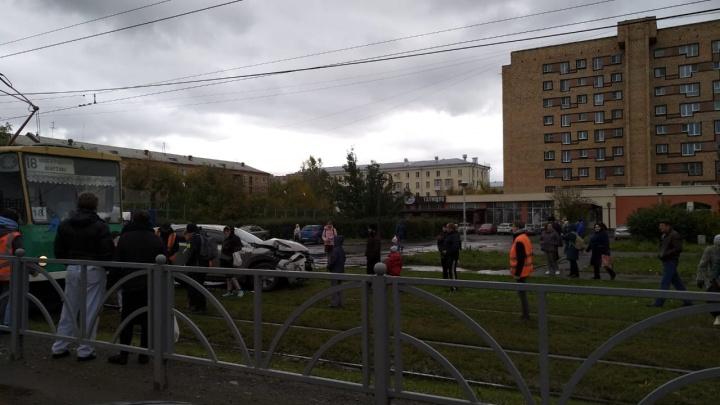 На ВИЗе Lexus остановил трамвайное движение