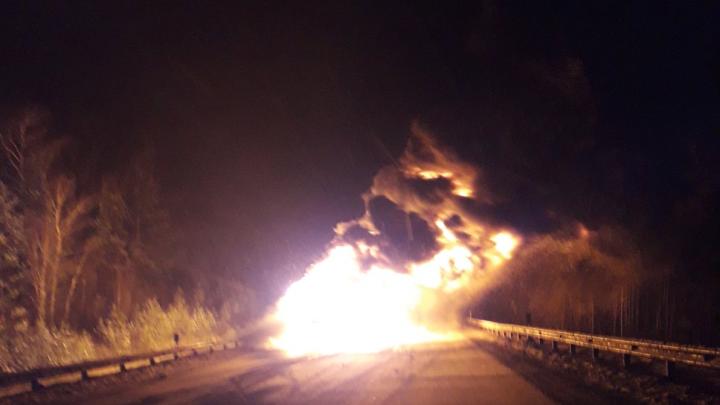 «Выгорела дотла, один каркас остался»: на трассе М-5 в Челябинской области вспыхнула фура