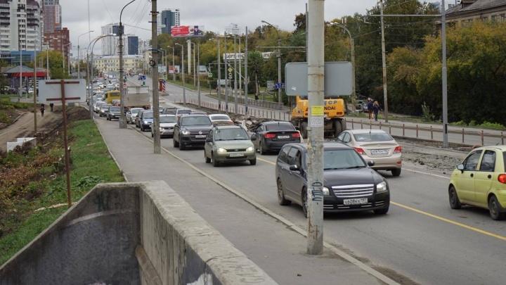 """""""Это просто ад"""": екатеринбуржцы встали в пробку на Макаровском мосту из-за новой схемы движения"""