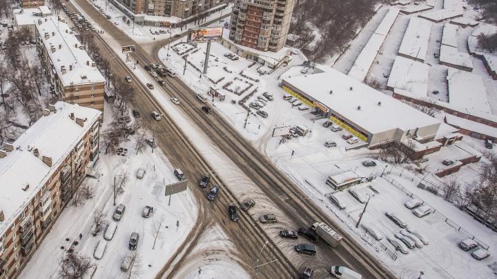 Берегись эвакуатора: власти запретили парковку посередине Танковой