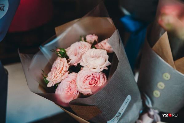 В марте самые популярные цветы — это тюльпаны и розы
