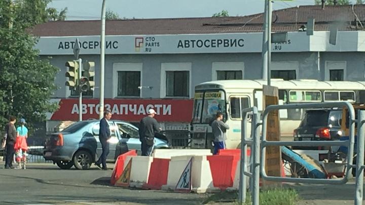 В Челябинске иномарка выехала на встречку и столкнулась с маршруткой