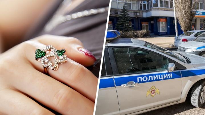 На 10 миллионов рублей «обнесли» ювелирный салон в Ростовской области