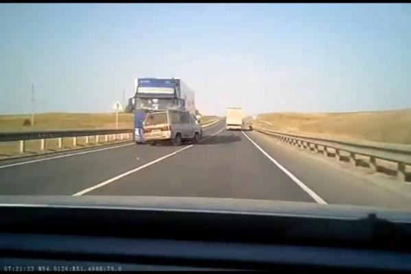 Водитель минивэна выехал на встречку без сигнала поворота. Возможно, он уснул за рулем