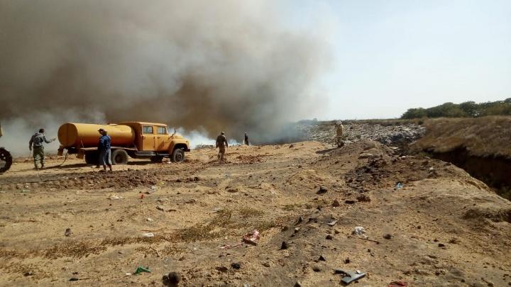 На окраине Волгодонска горит мусорный полигон