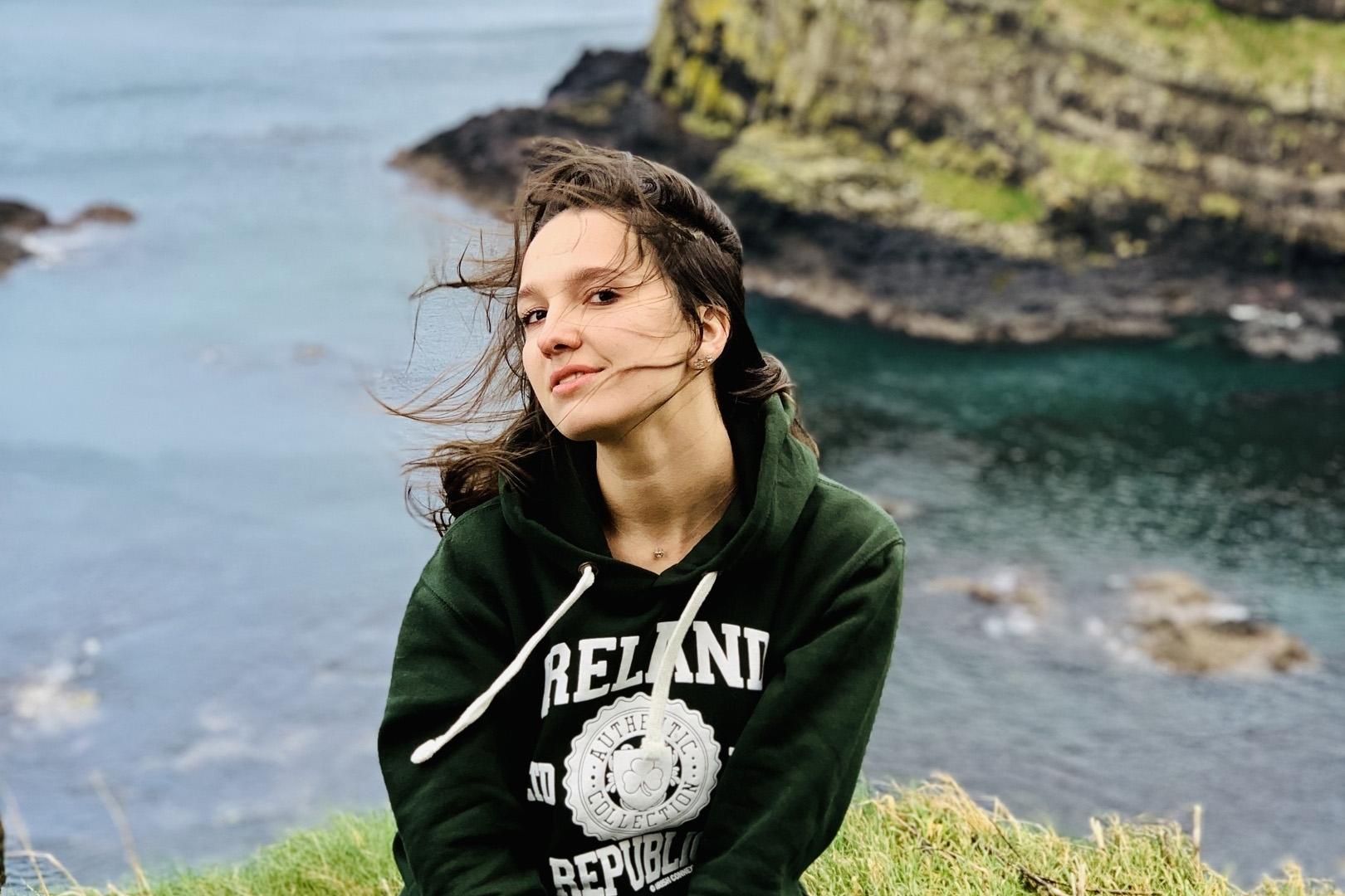 Елена Гремилова, журналист. Увлекается научно-популярной литературой, водным туризмом, волейболом, путешествиями. Считает, что беречь, ценить и любить нужно людей, а не материальные объекты