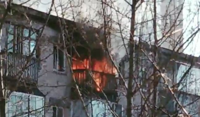 На Химмаше загорелась квартира, пламя охватило балкон на верхнем этаже. Видео