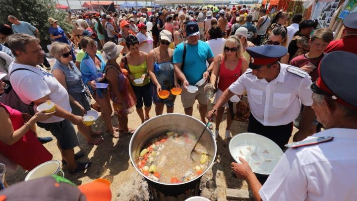«Это самый вкусный праздник России»: аппетитный фоторепортаж с «Донской ухи»