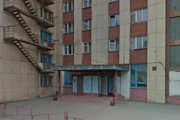 В этом общежитии старушка живёт почти 20 лет и всё это время числится в очереди нуждающихся в квартире