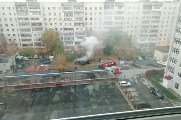 Взрыв услышали прохожие и жильцы соседних домов. Они же и вызвали пожарных
