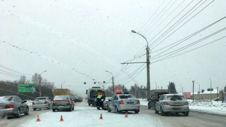 На левобережье полицейские сняли на видео водителя, который бился головой о капот