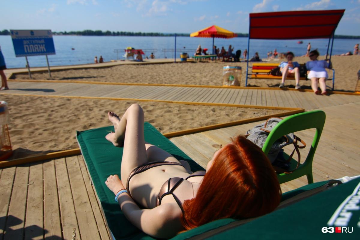 На нескольких пляжах установили удобные шезлонги
