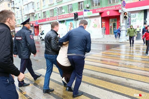 Полиция задержала координатора штаба Навального в Перми Наталью Вавилову перед самым началом акции