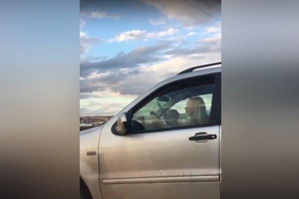 Ребёнок держится за руль