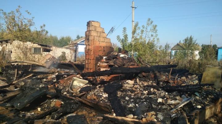 «Курил в постели»: пожар в Чернышковском районе унес жизни человека и кошки