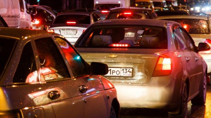 Из-за аварии на Госпитомнике волгоградцы застряли в трехкилометровой пробке по дороге домой