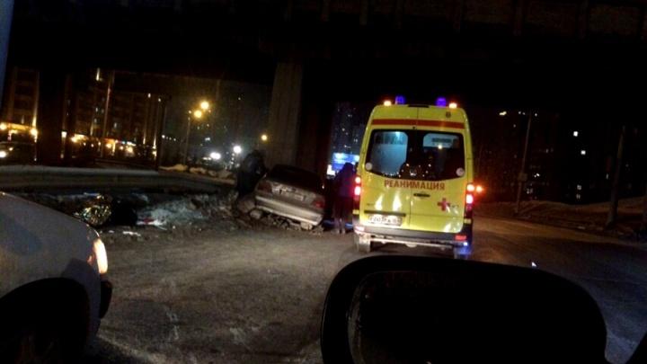 Отбросило в опору моста: на Ипподромской столкнулись две иномарки — есть пострадавшие