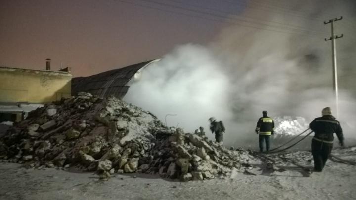 В горящем ангаре на проспекте Космонавтов сгорели две легковушки, грузовик и трактор