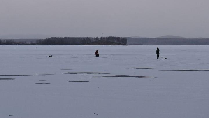 Ради рыбы рискуют жизнью: на тонкий лед Визовского пруда вышли любители зимней рыбалки