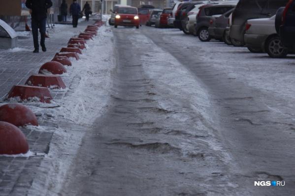 Сотни горожан упали на скользких тротуарах и обратились за помощью к врачам