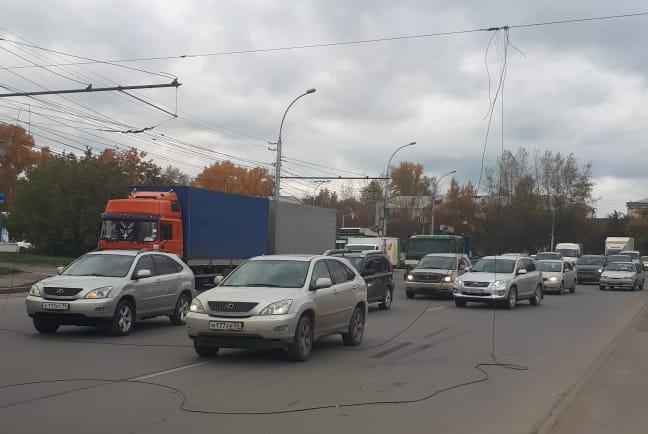 По информации аваркомов, это не троллейбусные провода — троллейбусы в это время двигались