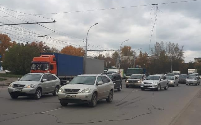 Над проездом Энергетиков оборвались провода — машины встали в пробку