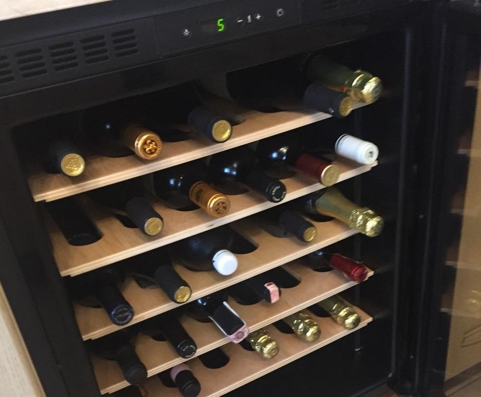 Вот так в холодильнике находится элитный алкоголь.