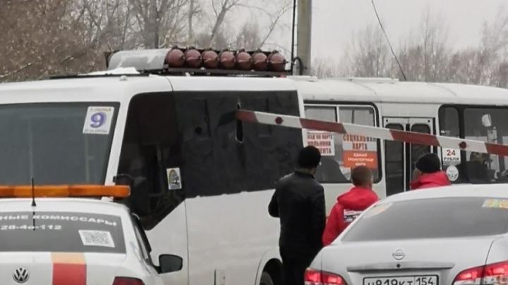Шлагбаум разбил окно в новосибирской маршрутке — «Газель» не остановилась вовремя на переезде