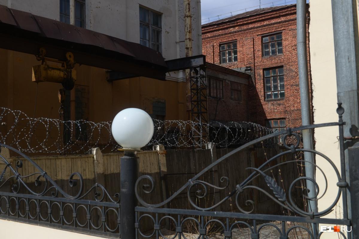 Из окон этого здания видно внутренний двор Приборостроительного завода