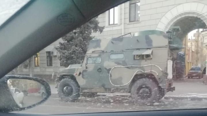 Около областной администрации в Волгограде припарковался военный бронеавтомобиль