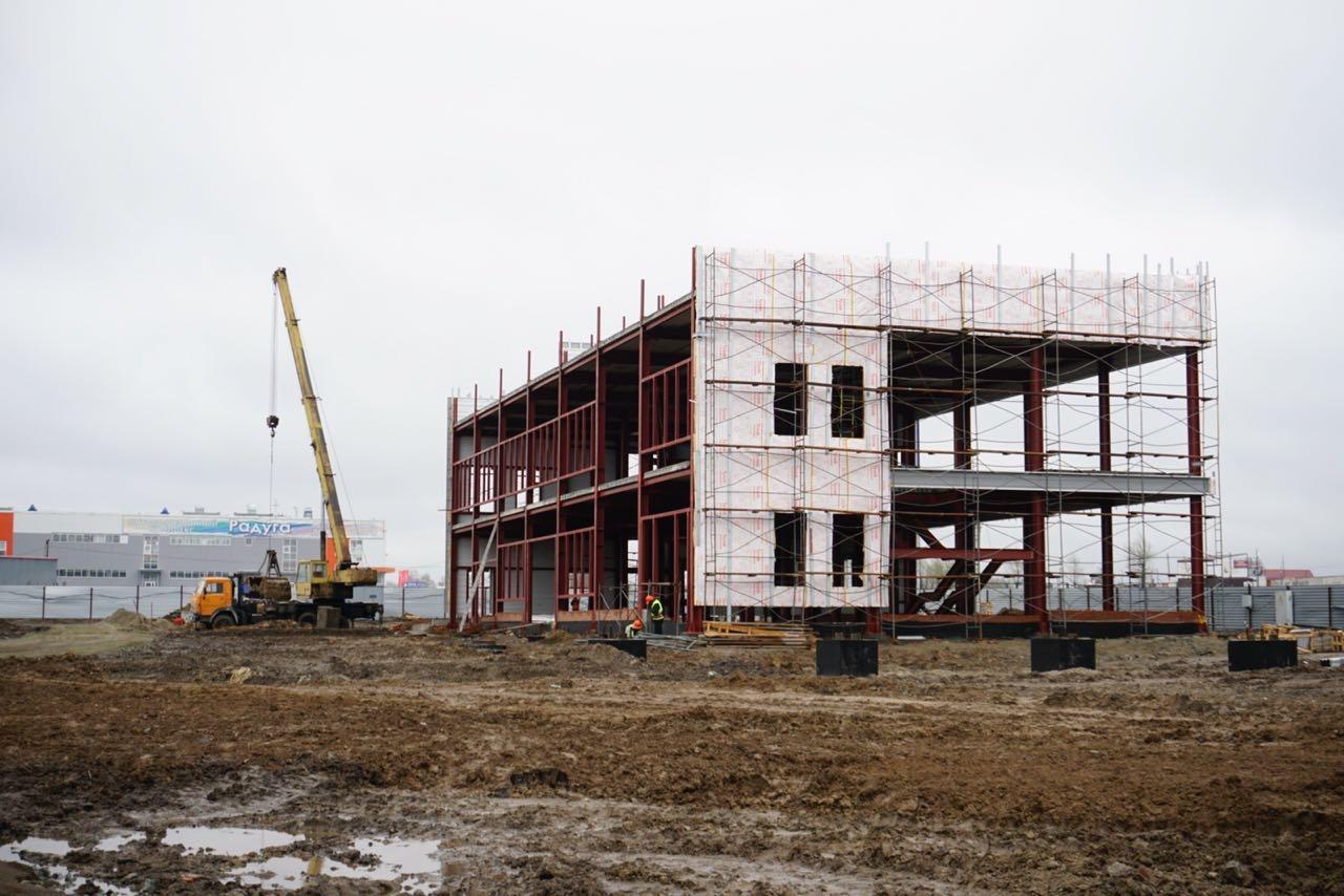 Строящееся двухэтажное здание нового автовокзала