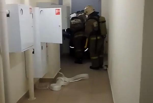 «Зашивать повезли в больницу»: на ЖБИ хулиган ранил пожарного, который приехал на вызов