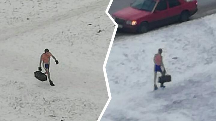 «Кредит погашен»: ярославцы обсуждают расхаживающего по улице мужчину в трусах и варежках