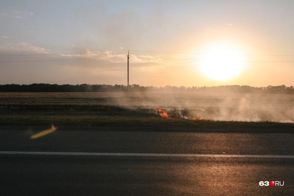 Огонь распространяется молниеносно и буквально пожирает все на своем пути