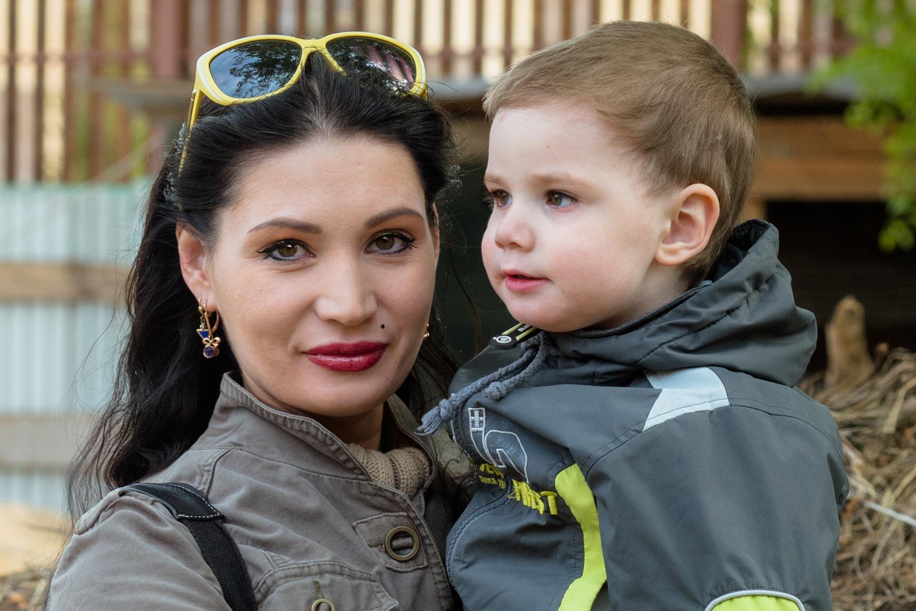 Анна признаётся, что часто люди не верят, что её дети — инвалиды, поскольку внешне у них нет никаких признаков заболевания