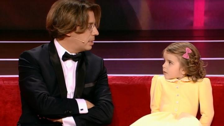 «Может поместиться в ручную кладь»: вышло шоу Галкина, где снялась очень гибкая девочка из Лесосибирска