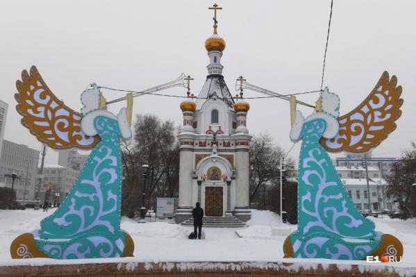 Фонд святой Екатерины традиционно перед большими праздниками украшает фонтан, на месте которого когда-то располагался храм Святой Екатерины