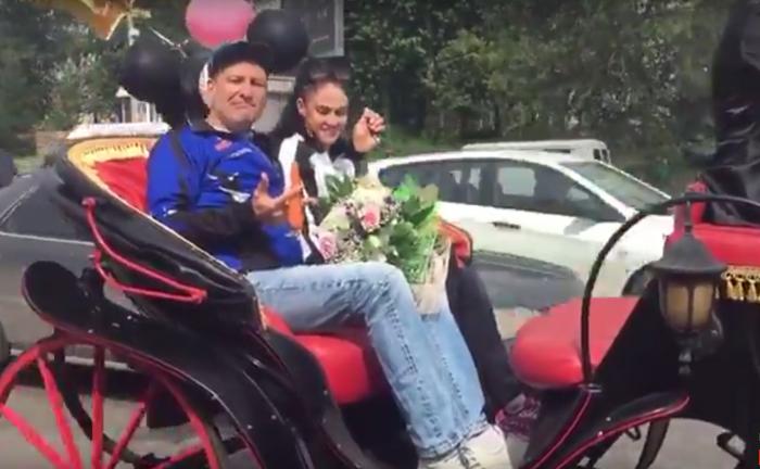 Пара в спортивных костюмах прокатилась на карете по Новосибирску
