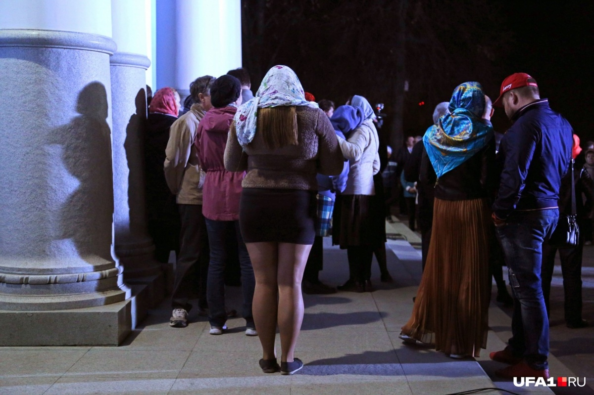 Все знают, что женщинам в храм положено приходить в юбке. Эта прихожанка тоже знает